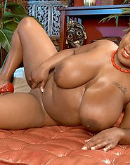 Gorgeous ebony babe fucks her slit with toy